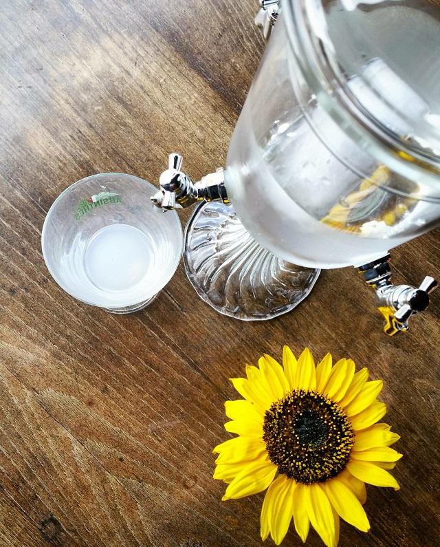 Fontaine à absinthe, région Jura et Trois Lacs – Copyright © Gratinez