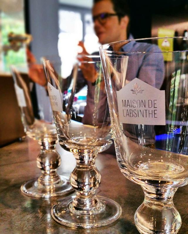 Dégustation d'absinthes à La Maison de l'Absinthe, région Jura et Trois Lacs – Copyright © Gratinez