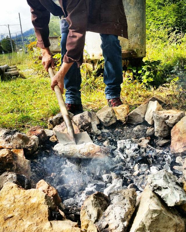Préparation de la torrée neuchâteloise, région Jura et Trois Lacs – Copyright © Gratinez