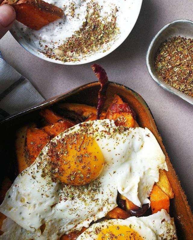 Légumes rôtis, œufs et yaourt au zaatar – Copyright © Gratinez / Arts de la table par Serax X Merci ®