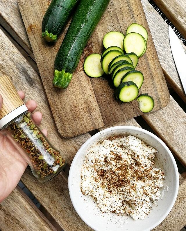 Tarte fine courgette et ricotta, oignon et graines de courge – Copyright © Gratinez