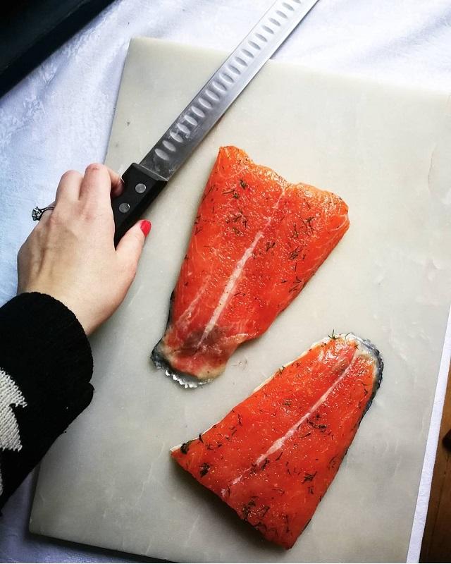 Gravlax de saumon aux baies roses, grains de coriandre, zestes de citrons et aneth en préparation – Copyright © Gratinez
