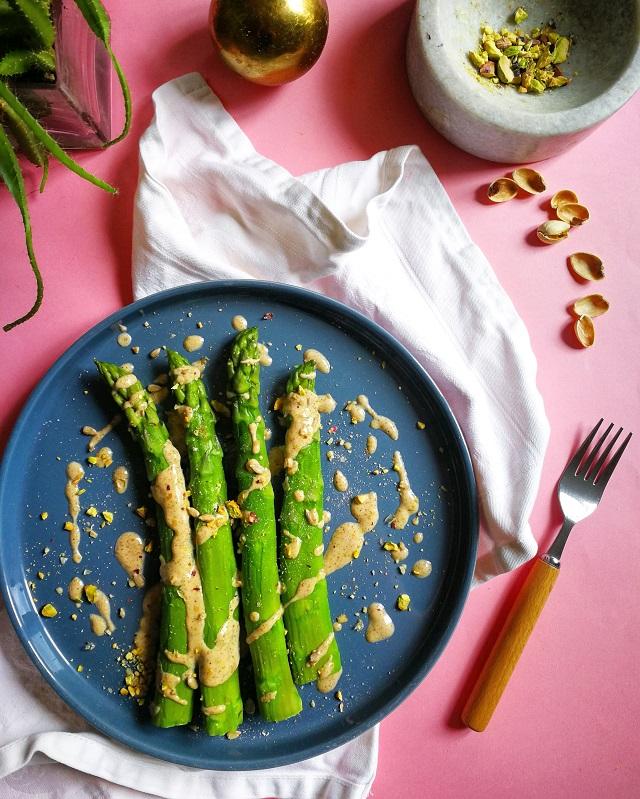 Asperges vertes, sauce crémeuse torréfiée – Copyright © Gratinez