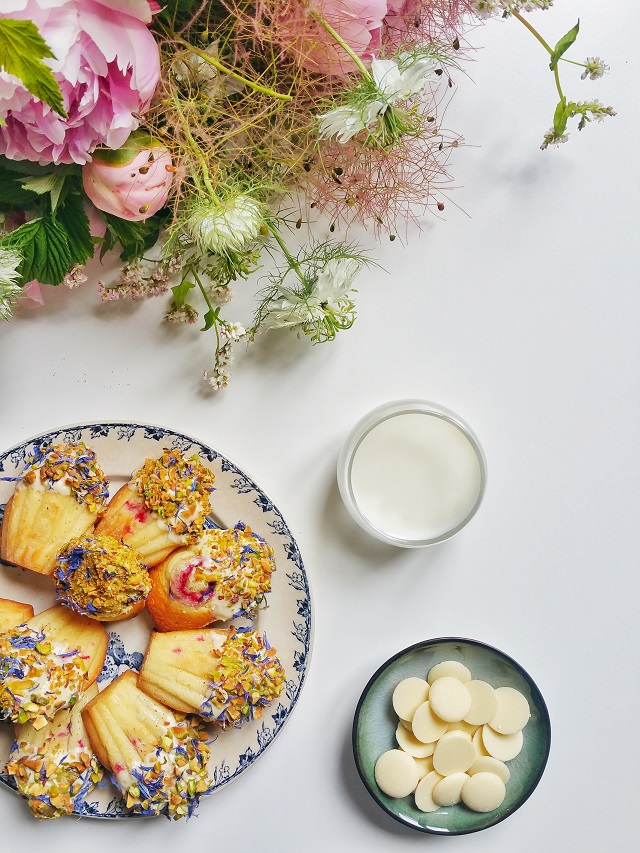 Madeleines, cœur de framboise, coque de chocolat blanc – Copyright © Gratinez